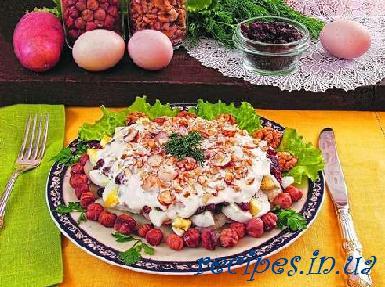 Восточный салат с орехами и изюмом
