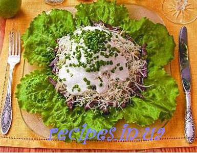 Салат слоями с говядиной, яблоком, сыром, грибами
