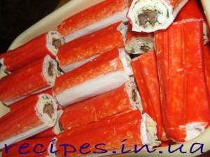 Вкусные рулетики из крабовых палочек