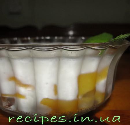 Десерт с персиками и ананасами