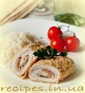 rРулет из куриного филе с сыром и ветчиной