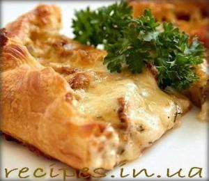 Слоенный пирог с грибами, сыром и сметаной